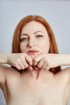 Femme faisant du massage facial, de la gymnastique, des lignes de massage et des yeux et du nez en plastique. technique de massage contre les rides et le rajeunissement de la peau.