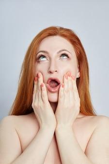 Femme faisant du massage facial, de la gymnastique, des lignes de massage et des yeux et du nez en plastique.