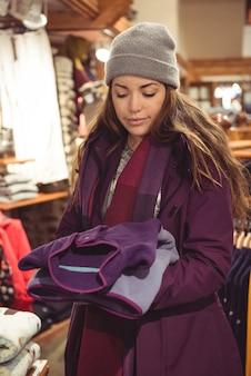 Femme faisant du shopping dans un magasin de vêtements