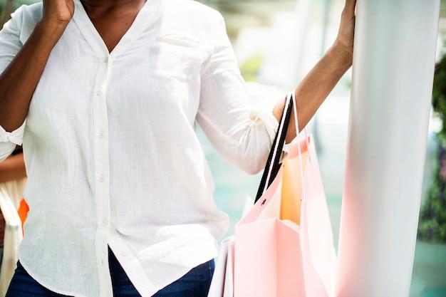 Femme faisant du shopping dans une ville