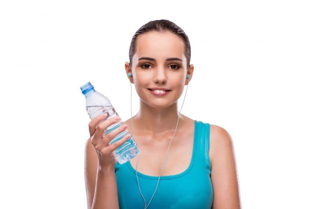 Femme faisant du sport avec une bouteille d'eau douce