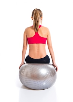 Femme faisant du sport avec fitball