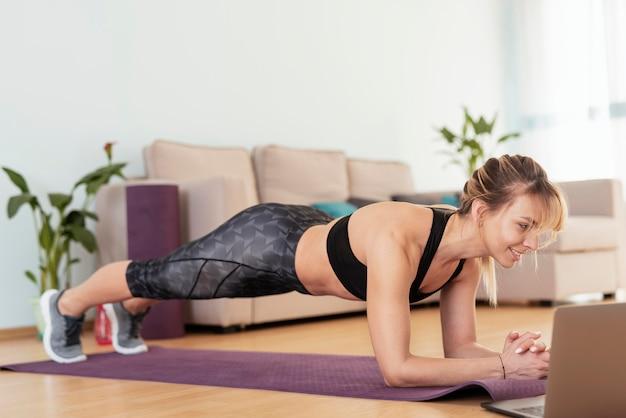 Femme faisant du sport à la maison