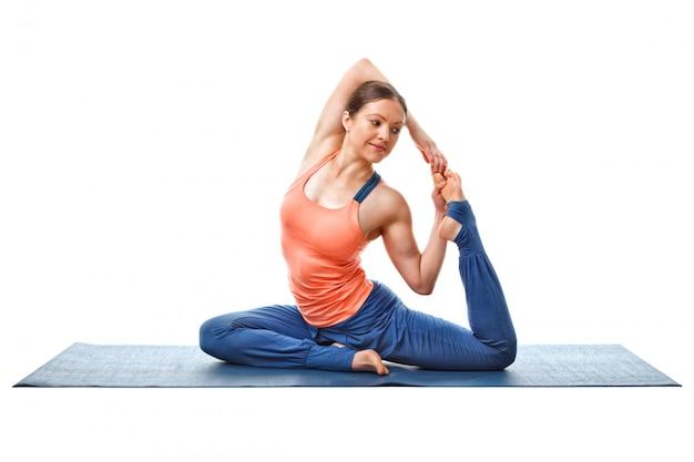Femme faisant du yoga asana eka pada kapotasana