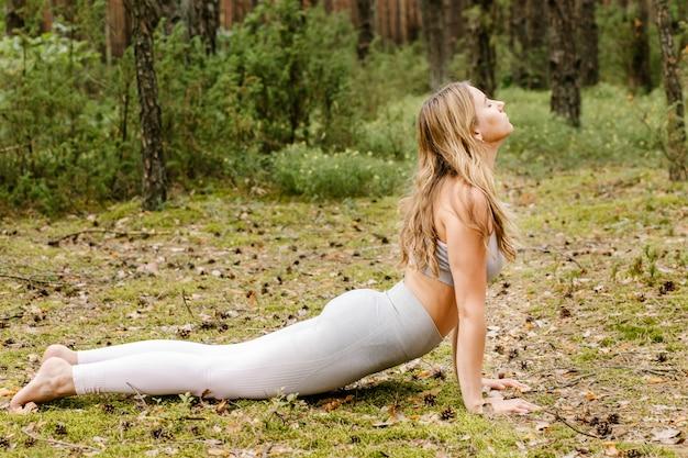 Femme faisant du yoga dans la nature