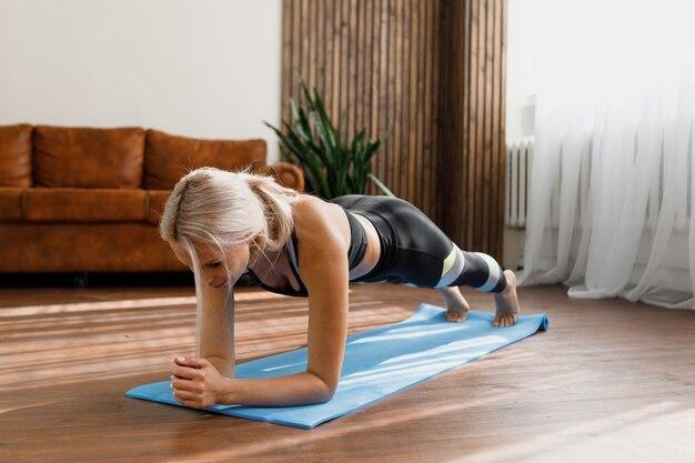 Femme faisant du yoga ou de l & # 39; entraînement à la maison