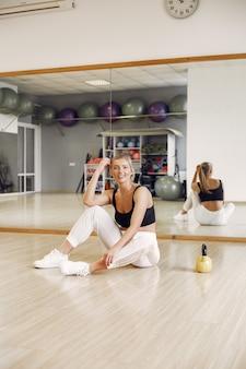 Femme faisant du yoga. mode de vie sportif. corps tonique