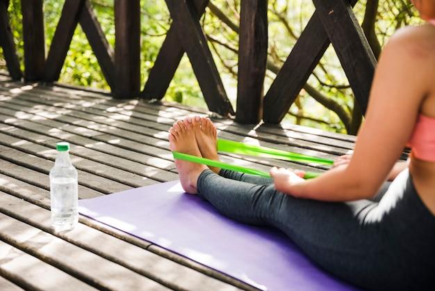 Femme faisant du yoga en plein air