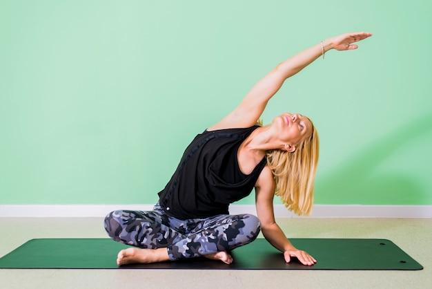 Femme faisant du yoga en studio