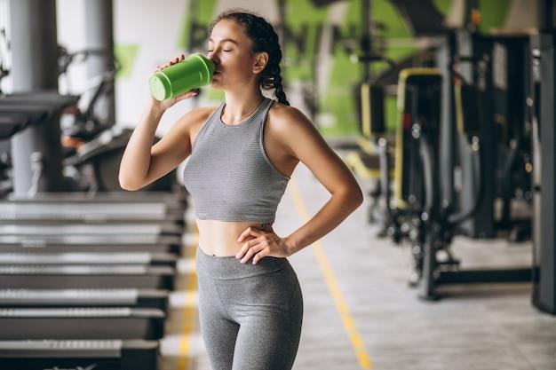 Femme faisant de l'exercice à la gym par elle-même
