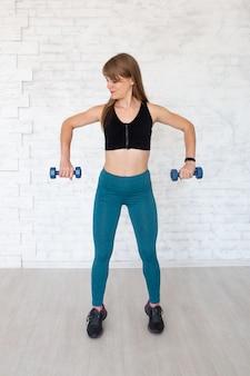 Femme faisant de l'exercice avec des haltères.