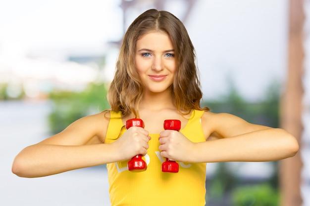 Femme faisant de l'exercice avec des haltères