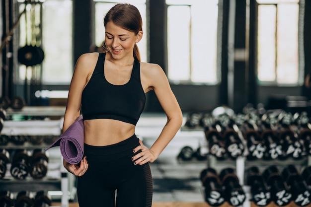 Femme faisant des exercices au gymnase