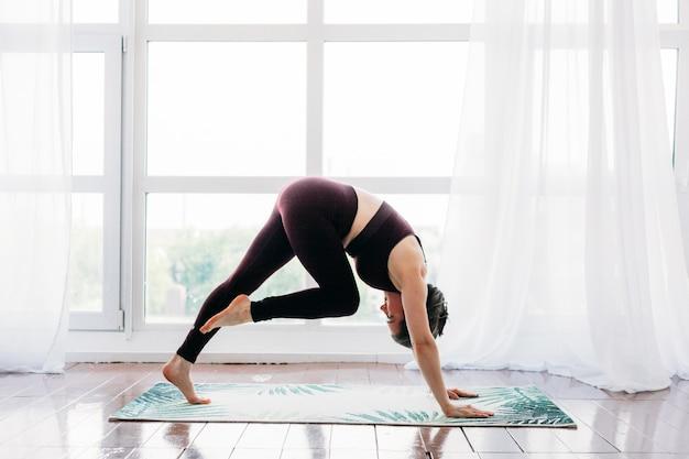Femme faisant des exercices étirant les bras et les jambes en arrière
