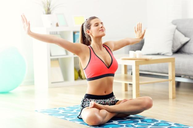 Femme faisant des exercices de fitness à la maison