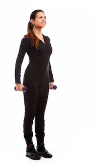 Femme faisant des exercices de fitness avec des poids