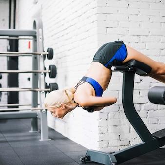 Femme faisant des exercices pour le dos