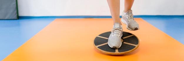 Femme faisant des exercices de sport