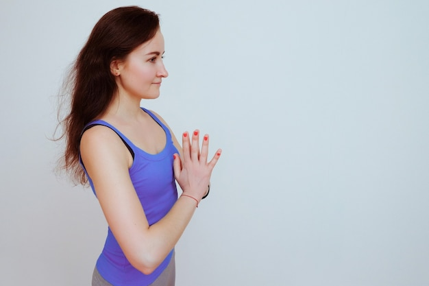 Femme faisant des exercices d'yoga.