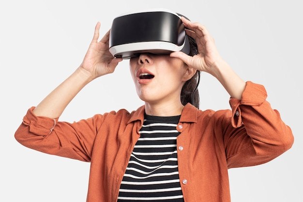 Femme faisant l'expérience de la technologie de divertissement vr