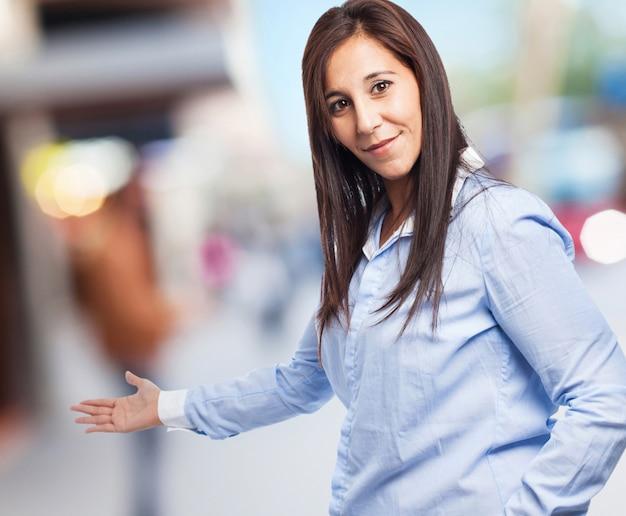 Femme faisant geste de bienvenue