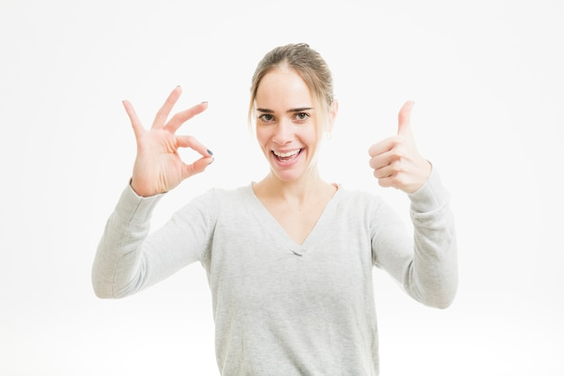 Femme faisant le geste correct