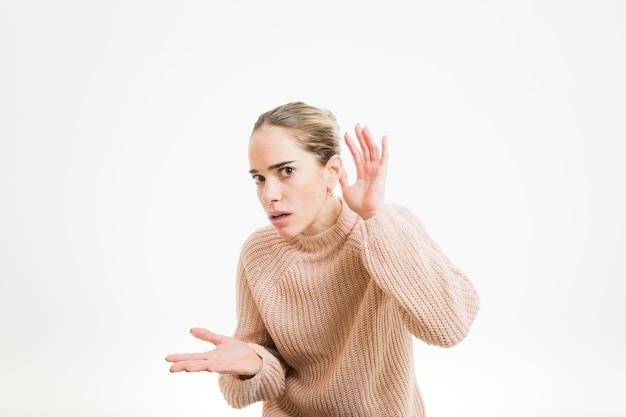 Femme faisant le geste d'écoute