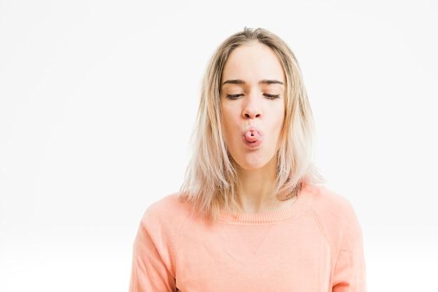 Femme faisant un geste avec la langue