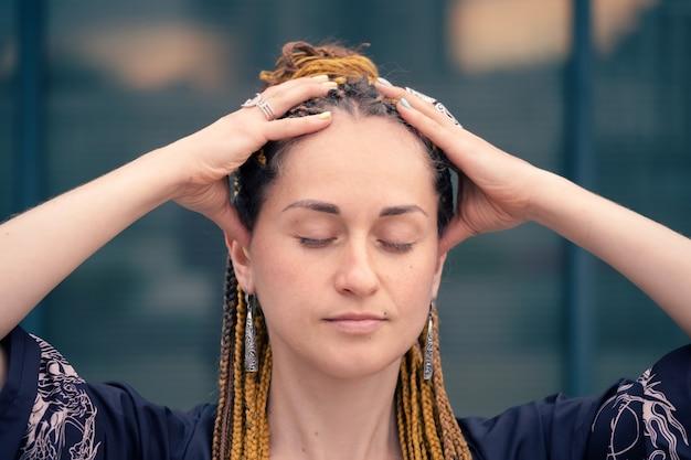 Une femme faisant un gros plan de massage de la tête améliore la santé mentale