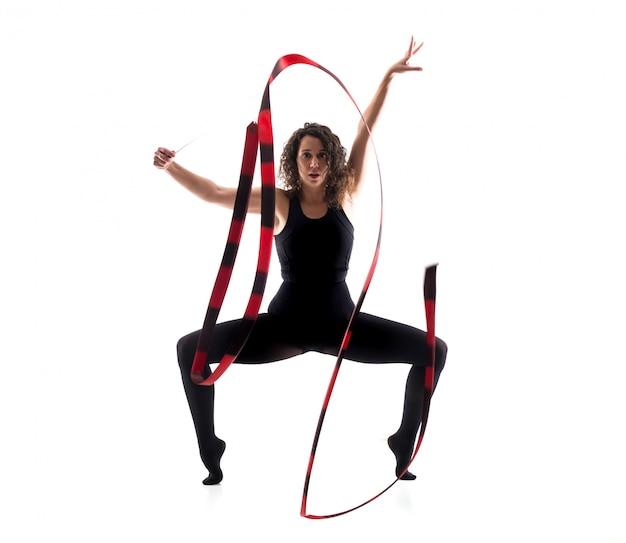 Femme faisant de la gymnastique rythmique avec ruban sur fond blanc isolé