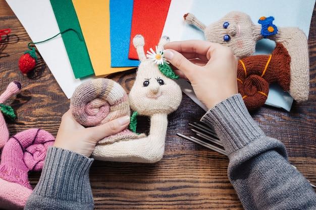 Femme faisant des jouets de noël tricotés à la main