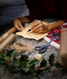 Femme faisant la lettre pour le père noël