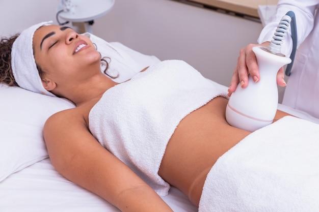 Femme faisant la lipocavitation à la clinique