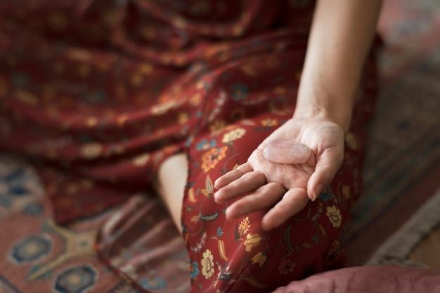 Femme faisant la méditation dans une maison minimale