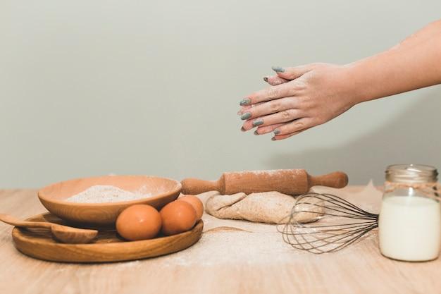 Femme faisant de la pâte à pain fraîche