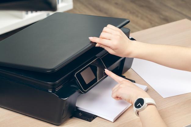Femme faisant une photocopie à l'aide d'une photocopieuse au bureau