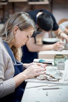 Femme faisant de la poterie en céramique sur l'atelier. concept pour femme en freelance, affaires. artisanat