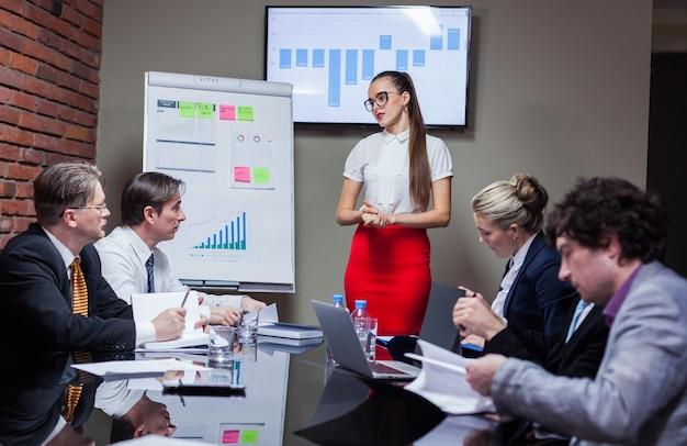 Femme faisant une présentation lors d'une réunion