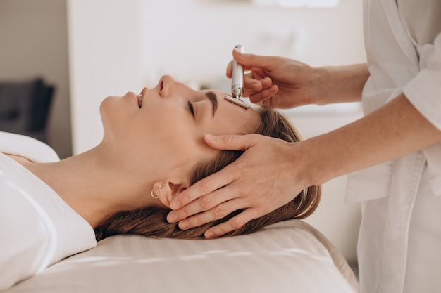Femme faisant des procédures de levage dans un salon de beauté