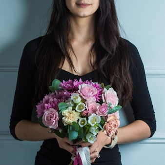 Femme faisant la promotion de bouquet de fleurs de mariée