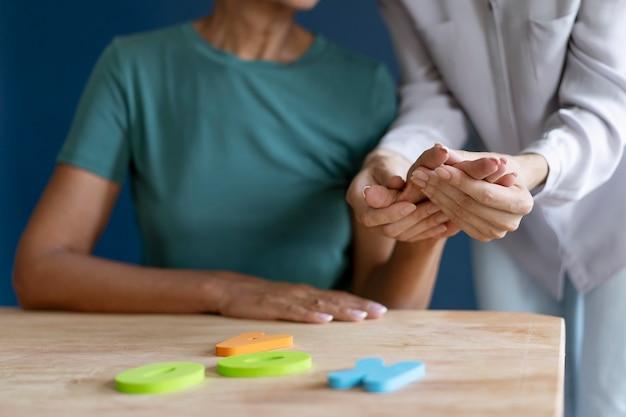 Femme faisant une séance d'ergothérapie avec un psychologue