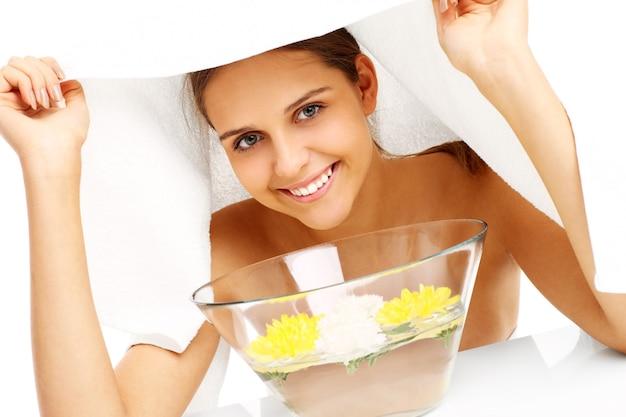 Femme faisant un soin du visage au spa