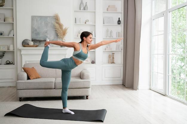 Femme faisant son entraînement à la maison
