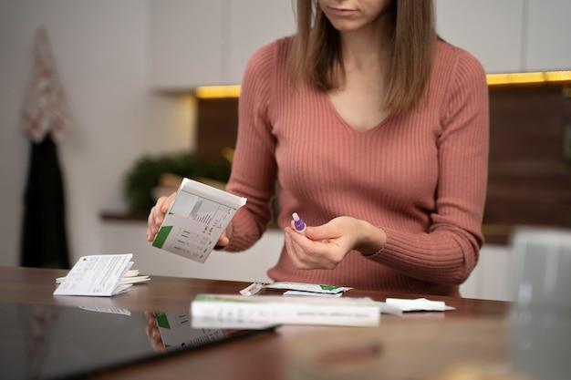 Femme faisant un test covid seule à la maison