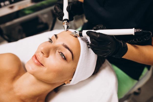 Femme faisant des traitements de beauté dans un salon de beauté