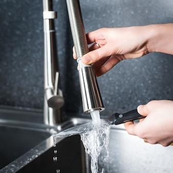 Femme faisant la vaisselle dans la cuisine