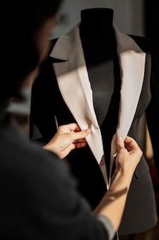 Femme faisant la veste