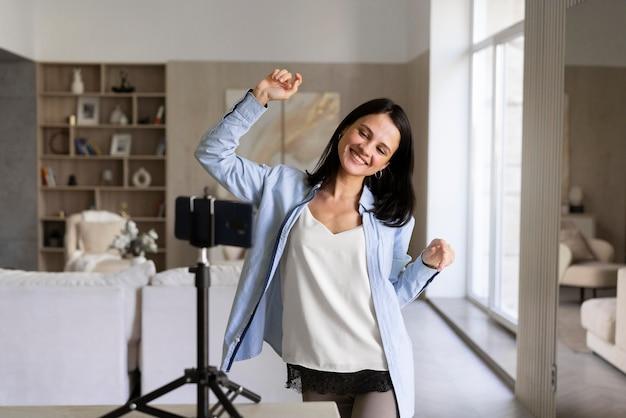 Femme Faisant Un Vlog à La Maison Avec Son Téléphone Photo Premium