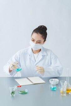 La femme fait des cosmétiques faits à la main sur la table ;