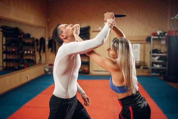 Femme fait un coup de poing à la gorge, légitime défense